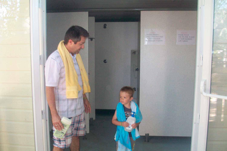 Sanitaires famille avec 2 douches dans 1 cabine